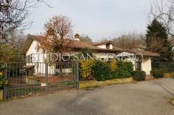 San Genesio - in paese ampia villa singola con depandance oltre ad accessori e giardino privato