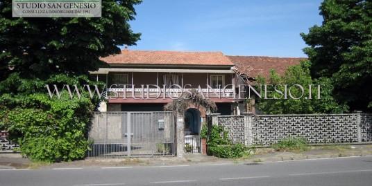 Casa indipendente con depositi e autorimesse