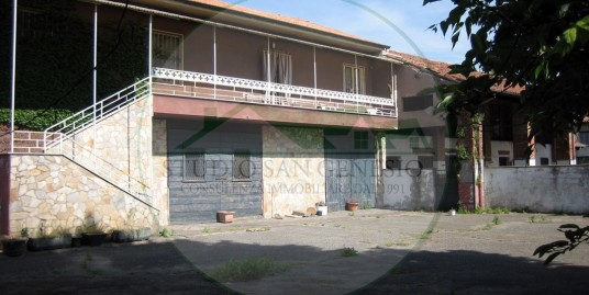 Casa indipendente di 4 locali doppi servizi, accessori e cortile privato.