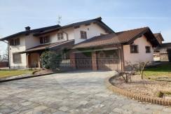 San Genesio - In paese, villa singola di ampia metratura in ottima posizione con giardino privato e accessori.