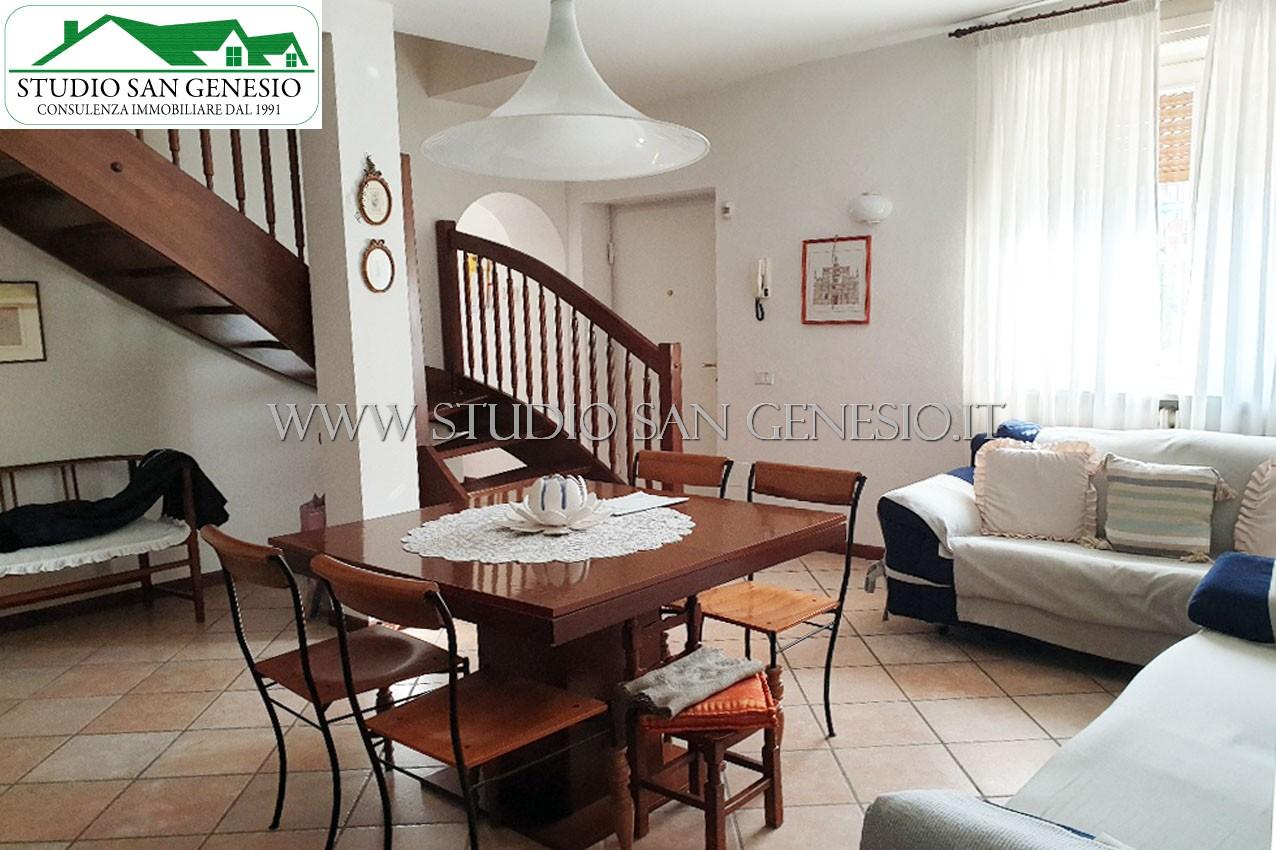 Compendio immobiliare composto da tre abitazioni e accessori