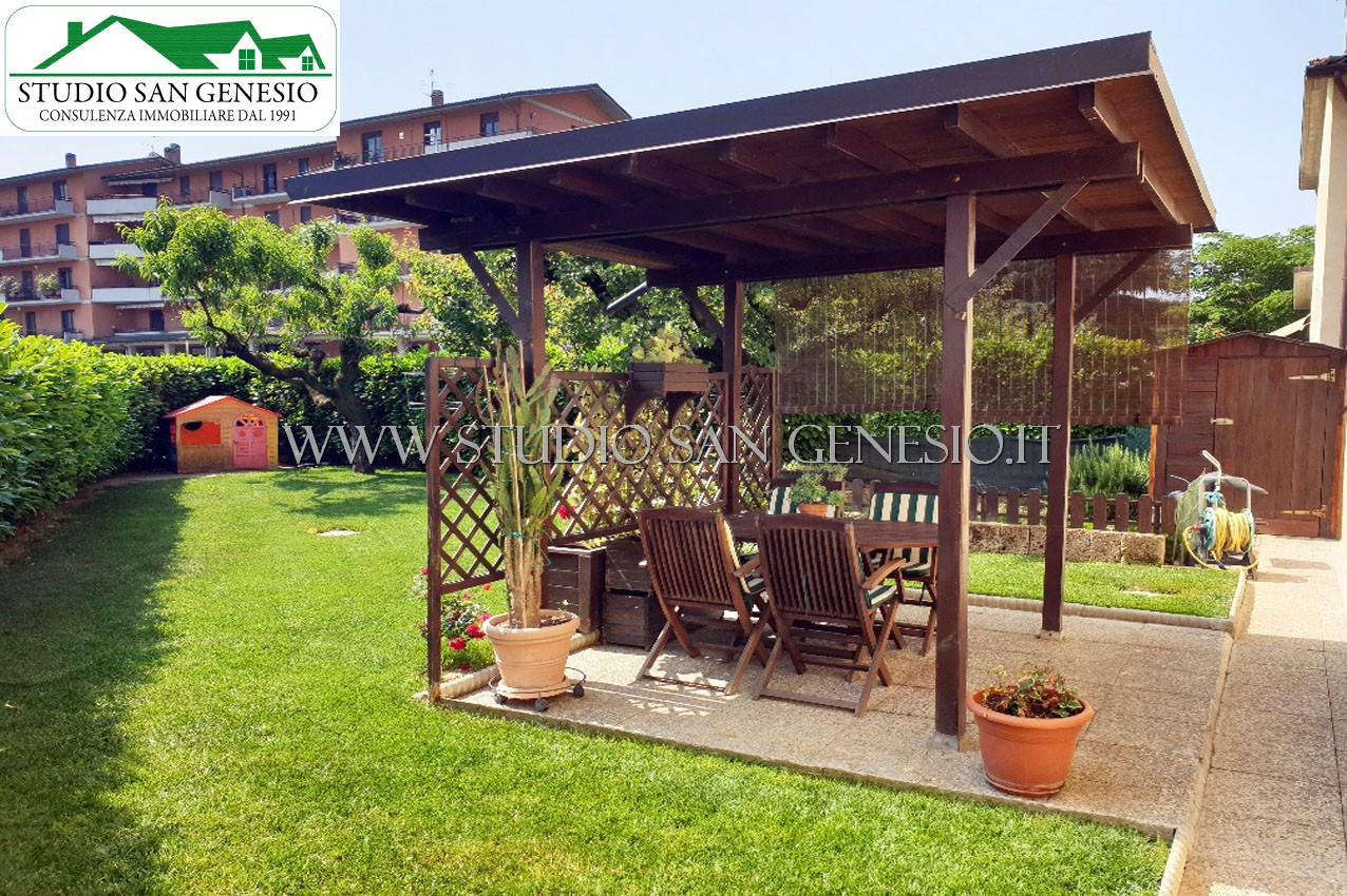 Villa a schiera laterale con giardino privato